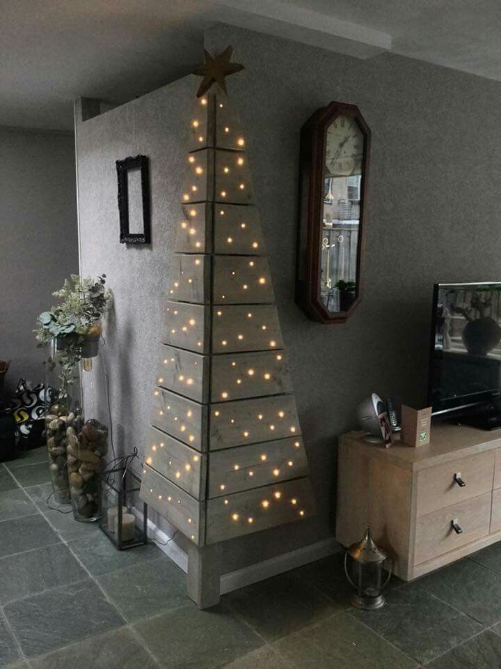 Clever, cute and unique corner / wall Christmas tree made from wood pallets. #christmas #lights #smallspaces