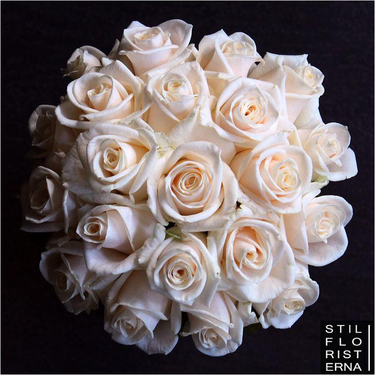 Elegant, högklassig och stilren brudbukett med enbart vita rosor i bollform. Här med vita rosor som har en svag laxrosa ton.