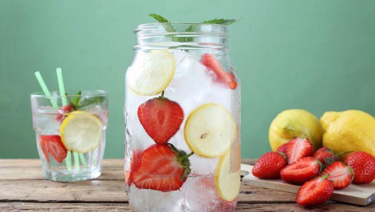 Water is lekker en verfrist op warme dagen. Maar 'gewoon' water komt veel mensen op den duur de neus uit. Daarom elf verrassende recepten voor gezond fruitwater.