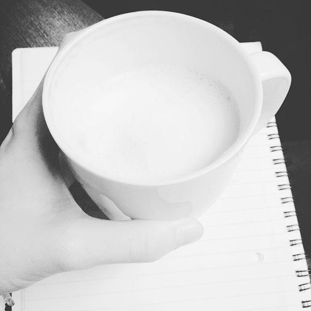 Chodź, napiszę Ci świat #literatura #pisanie #opowiadanie #fantastyka #notes #biały #kawa #kawazmlekiem #kawiarnia #coffee #coffeetime