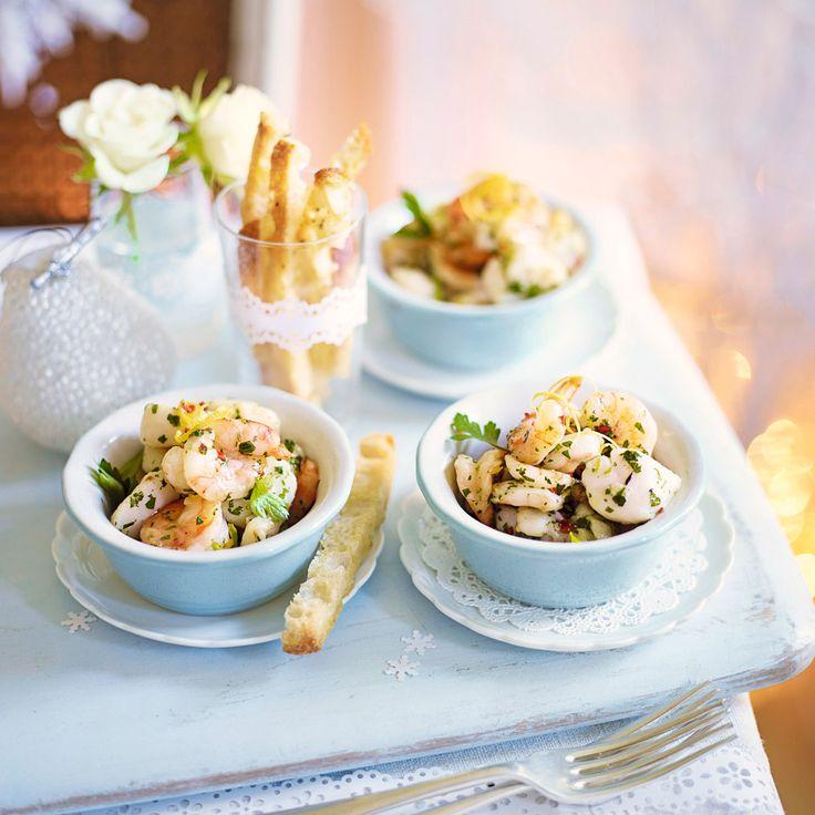 Fantastisk god och enkel förrätt med räkor och pilgrimsmusslor i vitlöksdoftande chilismör. Servera i små skålar med knapriga krutonger.
