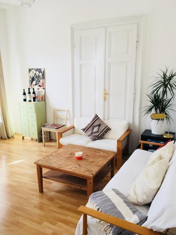 Superschönes Altbauwohnzimmer mit Flügeltüren, hohen Decken und ...