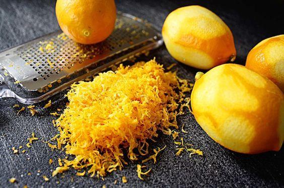 Mettete un limone biologico o ben lavato in congelatore.Grattugiatelo e cospargetelo sui vostri piatti. Aggiungerete un tocco in più alle vostre insalate, zuppe, creme e salse! La buccia di limone contiene dalle 5 alle 10 volte in più di vitamine rispetto al succo. Quando si pensa ai limoni si pensa alla vitamina C, ma c'è di piú. È ricco di antiossidanti, i quali si legano ai radicali liberi, prevenendo la formazione delle cellule cancerogene