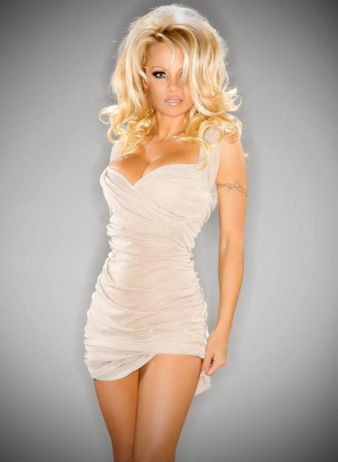 Pamela Anderson- Ladysmith, British Columbia - 3am & Mirror Online