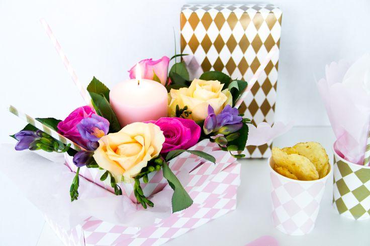 DIY bordpynt med gaveæsker og friske blomster.  Se mere på: http://www.blog.bog-ide.dk/inspiration-til-fest/