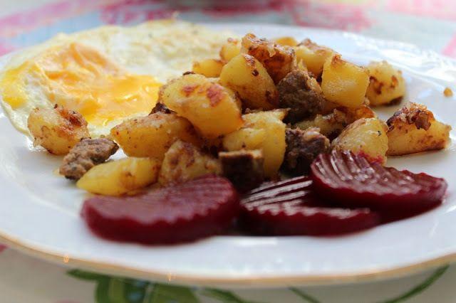 Egen pytt i panna med stekt ägg och rödbetor