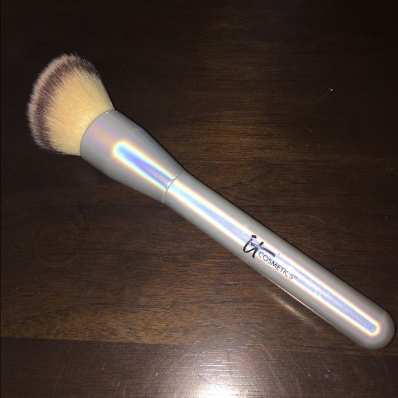 It cosmetics brush Used, foundation buffing brush. Mint condition only used once or twice and it has been washed . Accessories