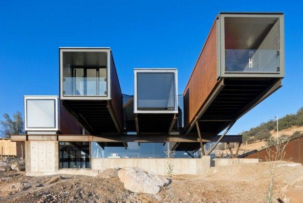 Située à Lo Barnechea, non loin de Santiago au Chili, cette maison préfabriquée contemporaine se compose de conteneurs d'expédition, de béton et d'un cadre en acier.