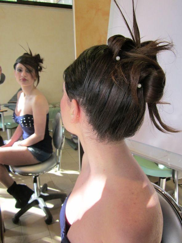 Acconciatura raccolta per la sposa con i capelli medio-lunghi, perfetta per una sposa sbarazzina. Questa acconciatura è stata realizzata da Gabriella Ragazzo di Hair Passion, Poggibonsi (Siena)