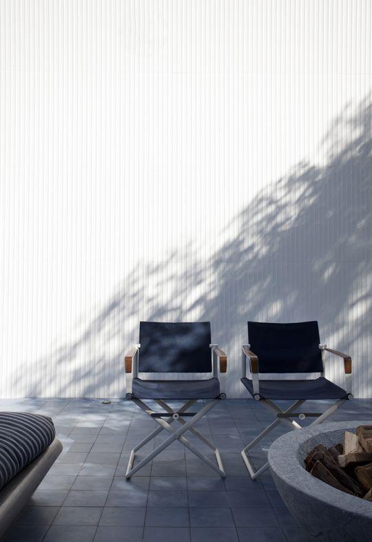 A área externa da Casa Cor 2017 ganhou mais azul e charme com as duas cadeiras diretor Seax, da Dedon, design de Jean Marie Massaud, dentro do projeto da designer de interiores Marina Linhares para a casa de praia Decortiles.