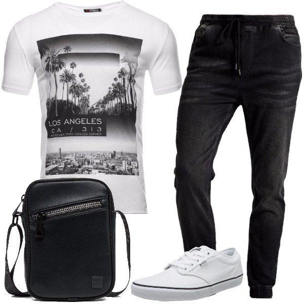 Total look da uomo per tutti i giorni composto da una t-shirt in misto cotone bianco e nero con stampa fotorealistica su Los Angeles, un paio di jeans sli fit con fascia elastica in vita in nero, un paio di sneakers di tela bianche e una borsa a tracolla nera.