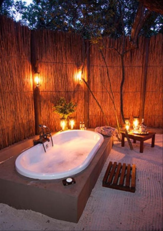 Cozy outdoor bathtub - love this