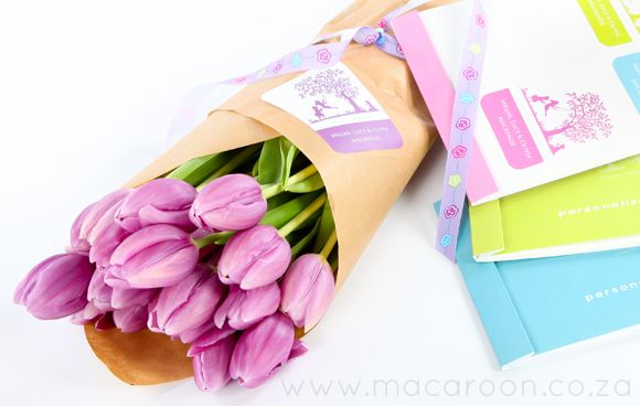 Fresh flowers are a simple yet lovely way of saying 'Thank you' - wrap in brown craft paper and adorn with a personalised sticker to show your gratitude http://www.macaroon.co/macaroon/content/en/macaroon/gift-labels
