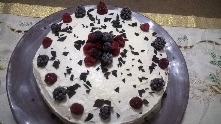 Tort cu frisca si fructe  http://sweetsbynicole.org/2015/10/04/tort-cu-fructe-si-frisca-simplu-si-bun/