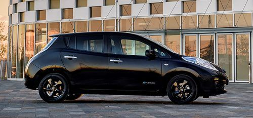 Nissan представил специальную версию электрокара Leaf http://mnogomerie.ru/2016/11/10/nissan-predstavil-specialnyu-versiu-elektrokara-leaf/  Компания Nissan представила специальную версию Leaf под названием Black Edition. Как сообщает пресс-служба бренда, новинка выйдет ограниченным тиражом и поступит в продажу в марте 2017 года. Автомобиль построен на базе уже существующей модификации Acenta. Машина получила 16-дюймовые легкосплавные диски черного цвета, светодиодные фары, дверные пороги с…