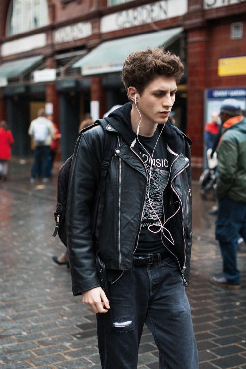 黒コーデ ダブルライダース×ジップアップパーカー×Joy Division Tシャツ×ブラックジーンズ | メンズファッションスナップ フリーク | 着こなしNo:108623