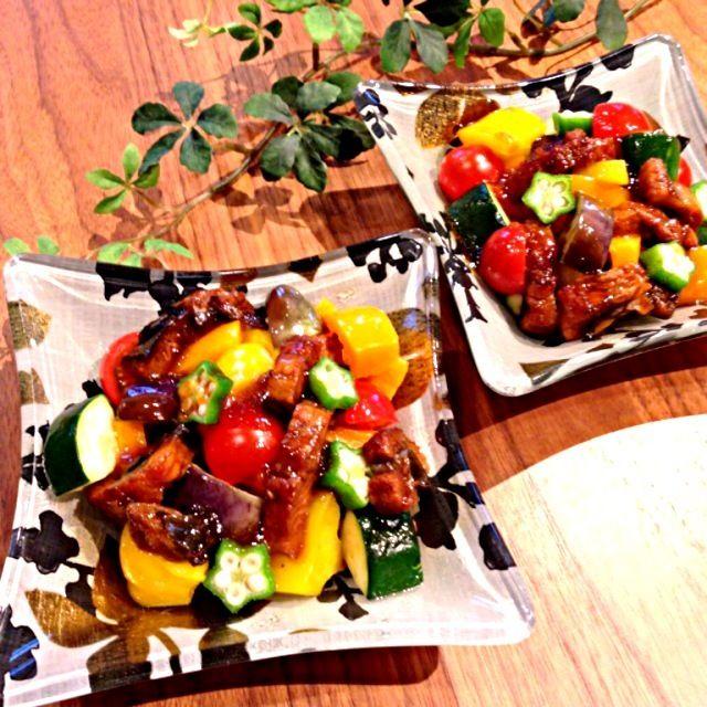 鰻をいただいたので鰻料理を( ´ ▽ ` )ノ  なす、ズッキーニ、パプリカ等の夏野菜にきざみ鰻を和えて、付属の蒲焼のタレをゼラチンで固めジュレにしてかけました。  さっぱり美味しい夏のスタミナサラダになったよ~❀.(*´◡`*)❀. - 321件のもぐもぐ - 鰻と夏野菜のスタミナサラダ by harinezumi531