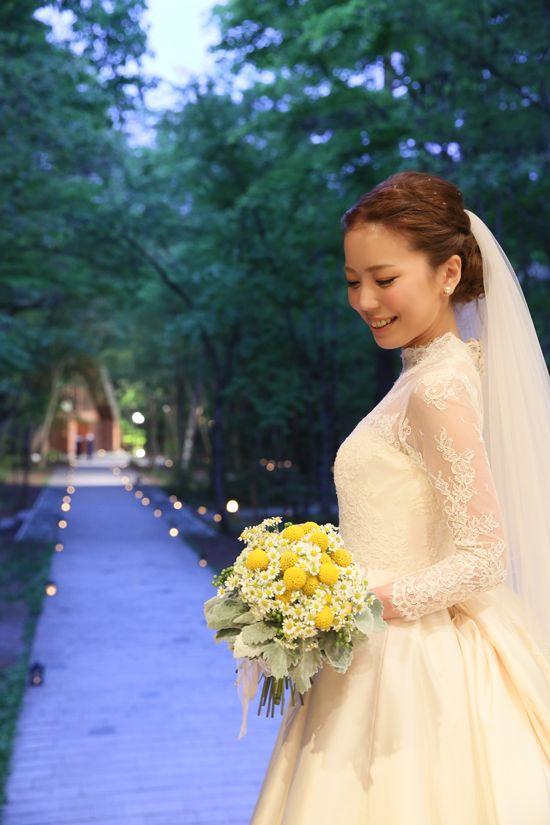 森の中の教会と、クラシックな袖ありドレスがマッチ♡ 軽井沢での結婚式のアイデア一覧。ウェディング・ブライダルの参考に。