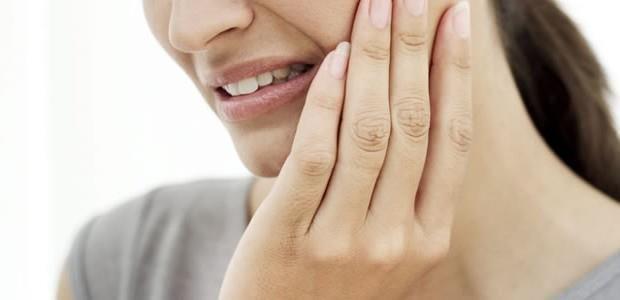 Problemas na sensibilidade nos dentes A sensibilidade nos dentes é um tipo de dor causada que e causado pelo contato com líquidos ou alimentos muito frios ou muito quentes.