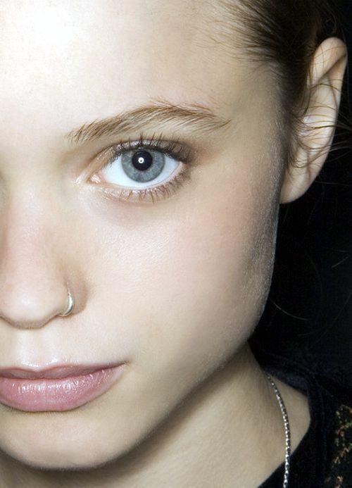 love hoop nose piercings. thinking about ittttt!!!