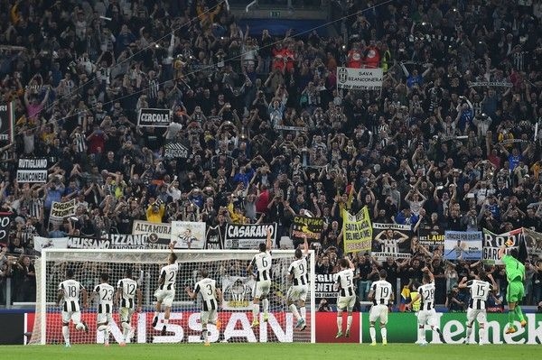 Juventus' players celebrate with fans after winning the UEFA Champions League quarter final first leg football match Juventus vs Barcelona, on April 11, 2017 at the Juventus stadium in Turin. Juventus won 3-0. / AFP PHOTO / GIUSEPPE CACACE