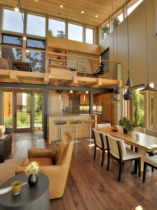 Loft iluminado com janelas superiores.