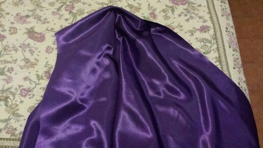 Tessuto in fodera di raso viola per giacca e pantaloni