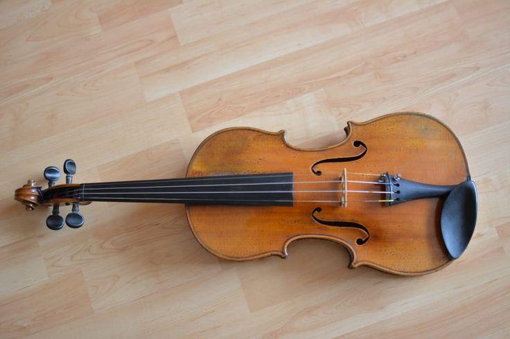 Free photo: 白色棕色镶木地板上的棕色和黑色小提琴