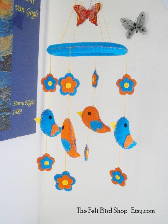 Giostrina con fiori e uccellini in feltro. di TheFeltBirdShop