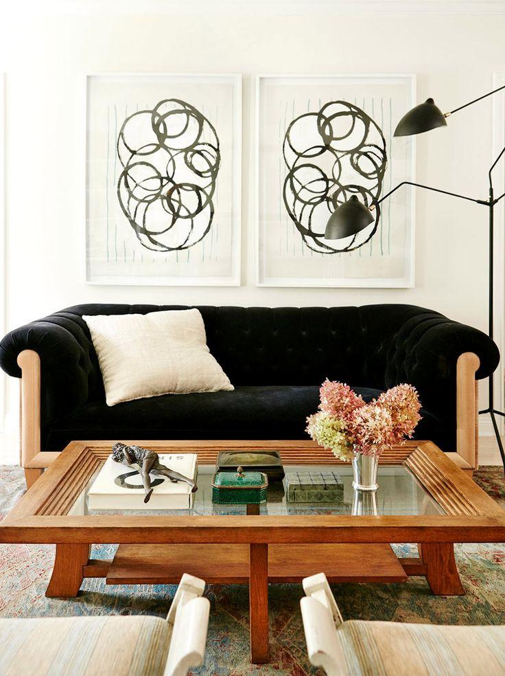 Шикарный черный диван гармонирует со стеклянным журнальным столом