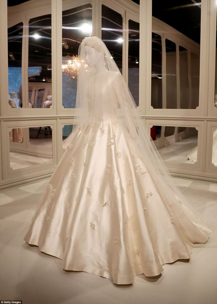 794 best dior clothes images on pinterest christian dior for Wedding dress display at home