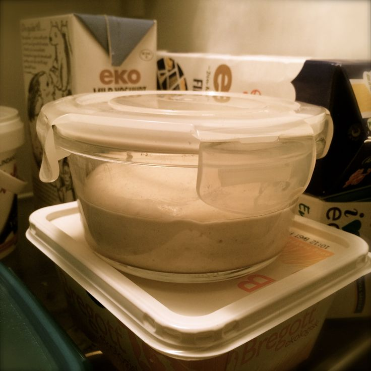 Grundreceptet jag använt mig av senaste tiden är följande: 500 g vatten 700–750 g mjöl 20 g salt ca 150 g fast surdeg