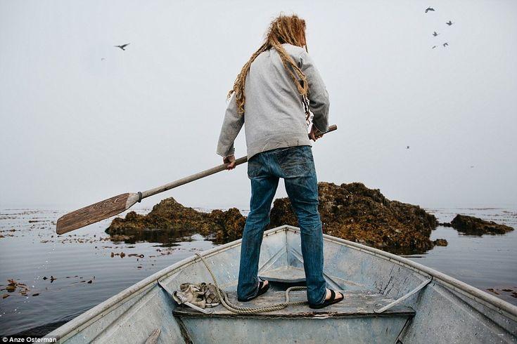 Жизнь на острове в окружении китов и медведей http://kleinburd.ru/news/zhizn-na-ostrove-v-okruzhenii-kitov-i-medvedej/  Что означает жить вне системы? Вряд ли вы найдете более внесистемную жизнь, чем у Зака, 29-летнего парня, который родился и вырос в Японии, но шесть лет назад отправился на остров Марбл на южной оконечности Аляски. Он приехал сюда в поисках более простой жизни и нашел, что искал, когда его приютила семья устричных фермеров. Фотограф Анзе […]