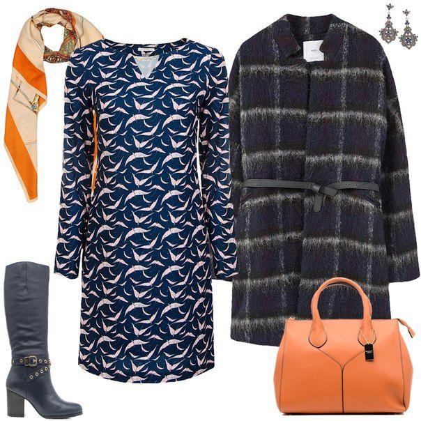 Синее платье, синее пальто, оранжевый шарф, оранжевая сумка, черные сапоги