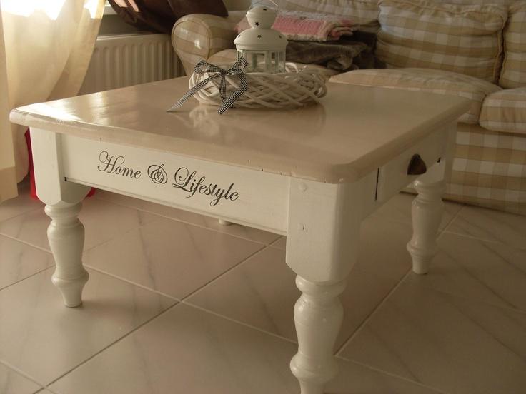 Salon tafel opnieuw geverfd, andere handgreepjes en een meubelstikker erop.