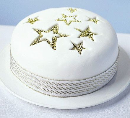 A super-simple yet effective Christmas cake decoration, especially if you want a modern looking cake