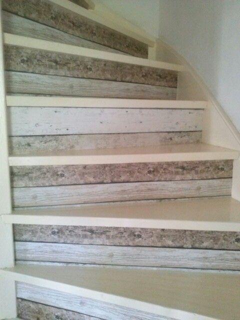 Beschilderde trap met behang