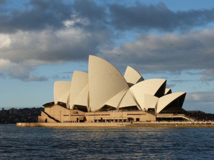 """C'est en 1956, à l'occasion des jeux Olympiques de Melbourne, qu'un concours fut organisé pour la construction d'un grand opéra. 233 architectes de tous les pays présentèrent un projet mais ce fut finalement un jeune architecte danois, Joern Utzon qui remporta le concours - Carnet de voyage """"Road trip en camping car en Australie"""""""