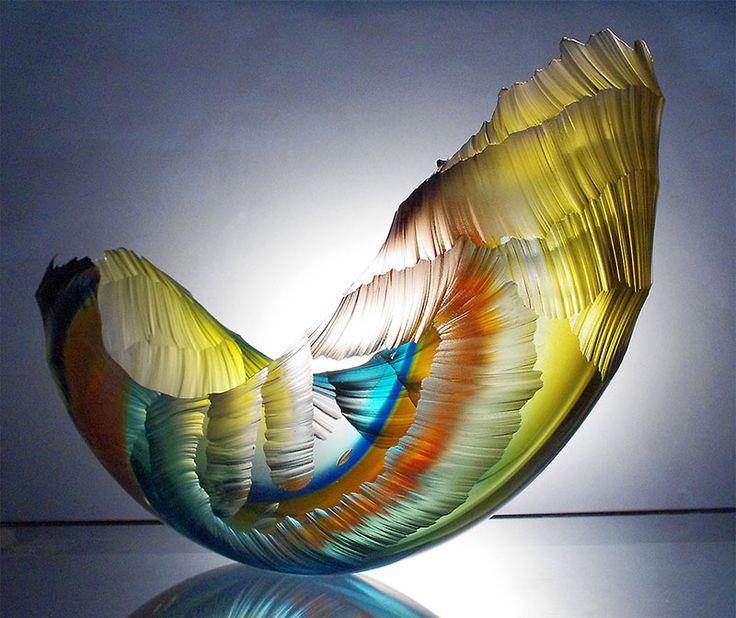 Delicate sculture in vetro soffiato e scolpito rappresentano la bellezza e la spaventosa potenza delle onde sul punto di collassare su se stesse.