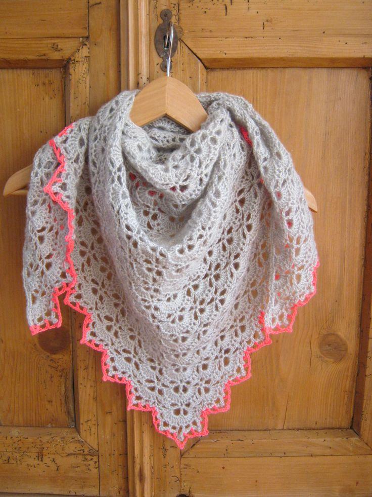 Crochet South Bay shawlette met neon pink. Voor stoere meiden. www.mijnwebwinkel.nl/winkel/made-by-stienten