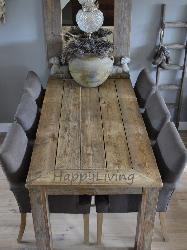 stoere tafel met grijs op muur en stoelen