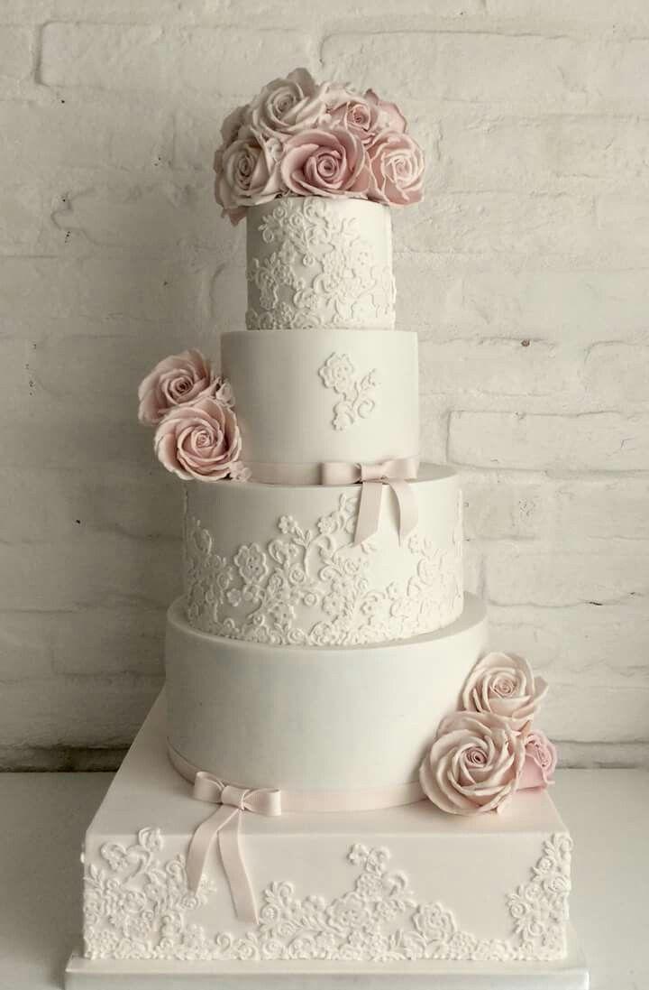 Gyönyörű esküvői torta szellőrózsa- boglárka designnal