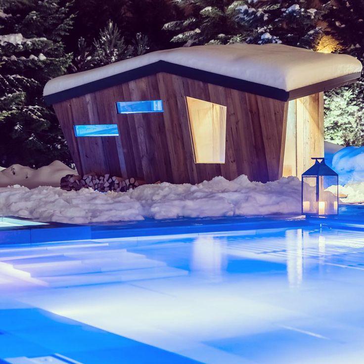 Mentre fuori il panorama è di un candido bianco, tu puoi immergerti nelle calde acque delle piscine termali all'aperto del QC Terme Monte Bianco. Dedicati al tuo benessere con un percorso che riattiva la circolazione, migliora l'umore e l'aspetto della pelle.