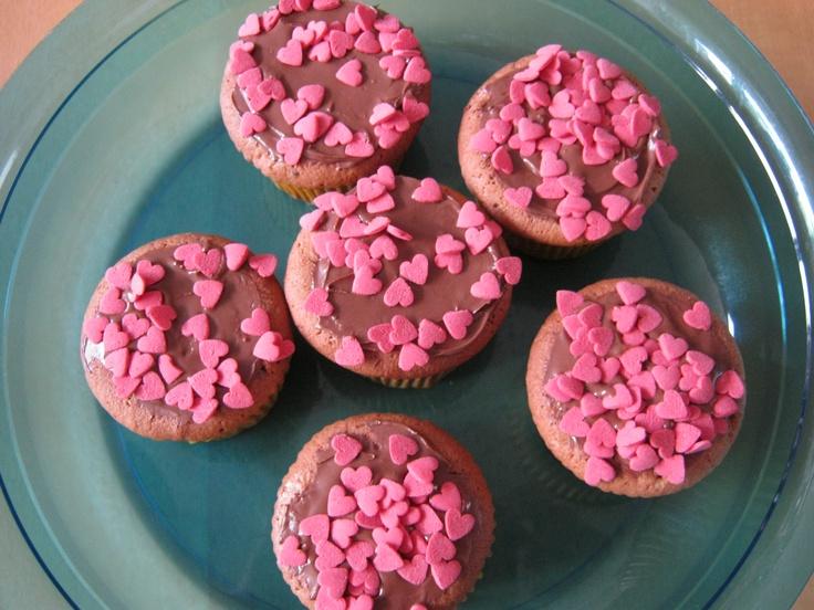 Lekker luchtige choco cupcakejes ! Met veel liefde door zoontje versiert met heel veel rode snoep-hartjes.