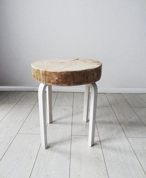 Stolik, który w zależności od potrzeby może pełnić  różne funkcje: stołka, stolika nocnego czy kawowego. Stolik wykonany jest z plastra naturalnego drewna, odpowiednio zaimpregnowanego w kolorze naturalnym o gr. 8 cm, nóżki ze sklejki w kolorze białym. Stołek idealnie pasuje do klasycznych jaki i nowoczesnych wnętrz.                 Wymiary:                wymiary siedziska: średnica 40-45 cm gr. 8 cm                 całkowita wysokość : 52 cm JEST MOŻLIWOŚĆ ZAMÓWIENIA STOŁKA W DOWOLNYM…