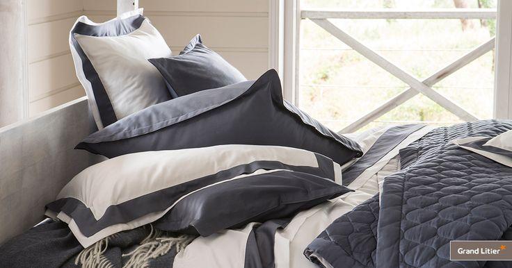 Grand Litier : linge de lit Alexandre Turpault, Gabrielle. En satin de coton égyptien avec un tissage de 120fils/cm², ce linge est disponible en coloris marine/satin.