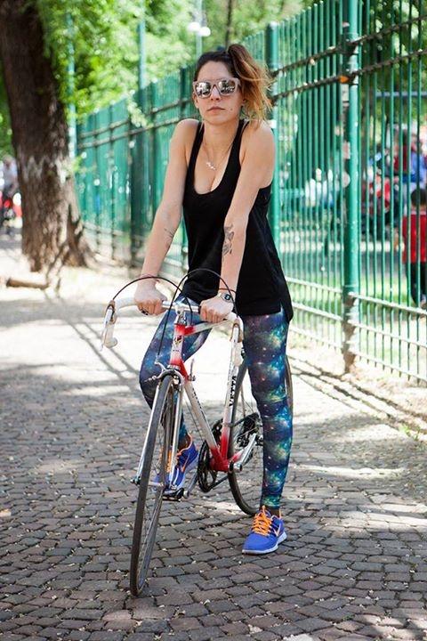 Nike Free 5.0+ ai piedi non solo per correre ma anche per un giro in bici in città. Trovate un vasto assortimento di Nike Free in alcuni selezionati store AW LAB e online.