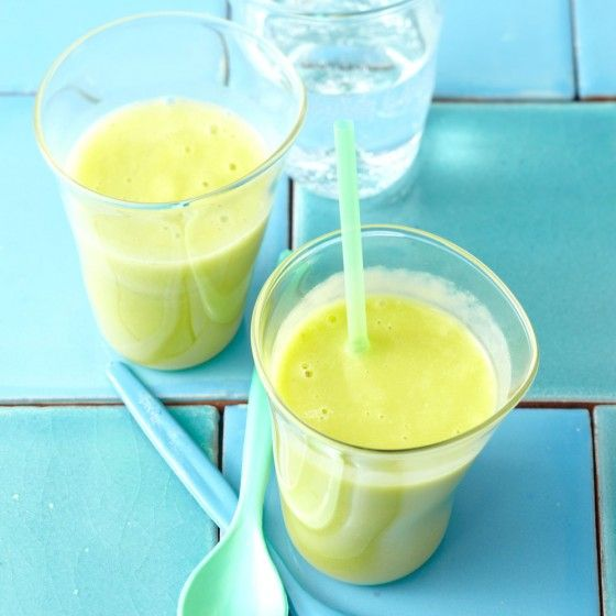 Avocado-Ananas-Smoothie FÜR 4 PORTIONEN 6 Saftorangen 1 reife Avocado 2 El Limettensaft 300 g Ananas 4 El Agavendicksaft evtl. gekühltes Mineralwasser