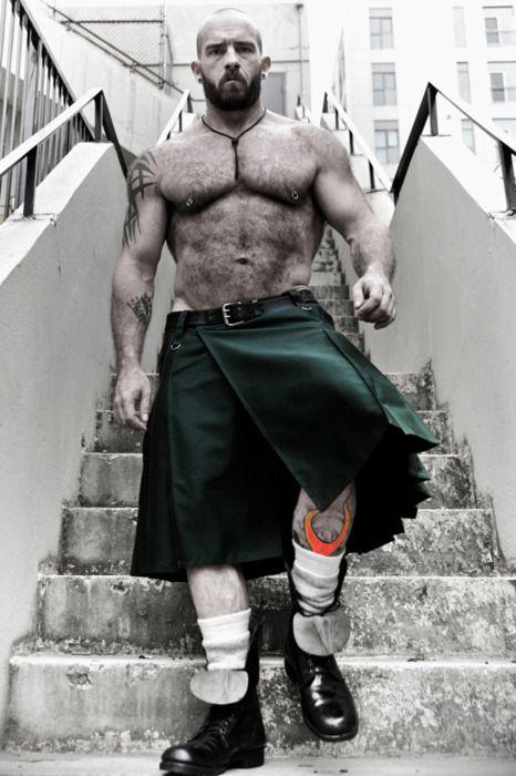 Hay que ser irlandés para usar una falda... pero a este tipo yo no le haría una broma sobre su ropa.