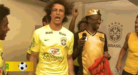 """E aí o tempo fechou.   Estes 16 gifs de David Luiz dançando enlouquecidamente no """"Esquenta"""" irão salvar seu dia"""